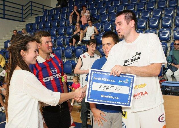 Výtěžek dražby věnovali basketbalisté děčínské nemocnici a Slunečnici