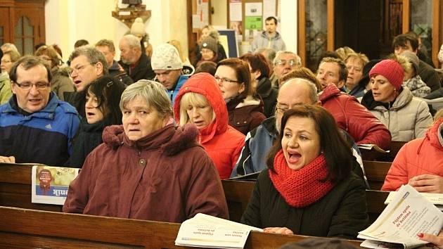 Česko zpívá koledy v kostele svatého Františka z Assisi.