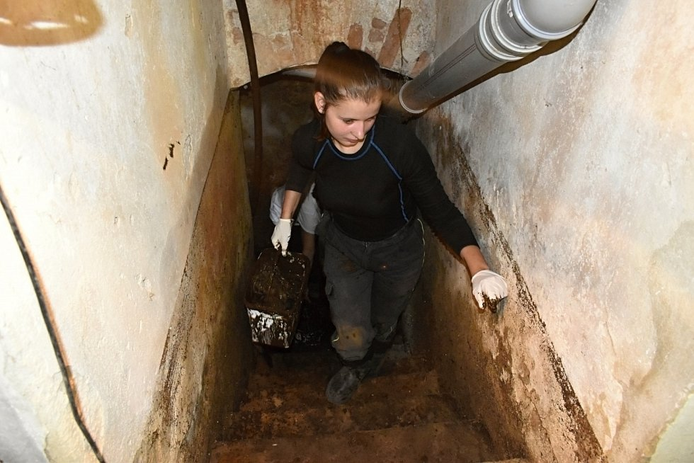 S likvidací povodňových škod pomáhají v Bělé dobrovolníci.