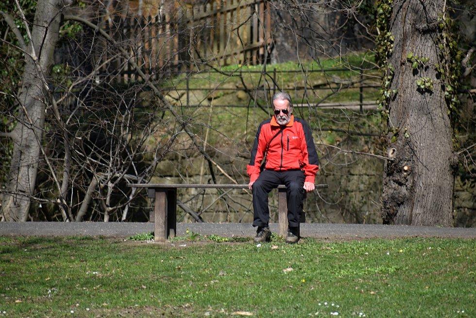 První jarní paprsky vytáhly lidi do zámeckého parku i k rybníku.