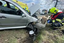 U Rybniště havarovalo auto. Na místo vyjeli hasiči