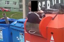 Jeden ze sběračů v Děčíně uvízl přímo v kontejneru.