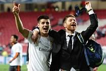 Xabi Alonso z Realu Madrid (vpravo) slaví na hřišti se spoluhráči triumf v Lize mistrů.