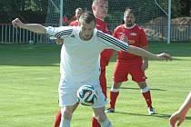 DERBY MĚLO JASNÉHO VÍTĚZE. Fotbalisté Modré (v bílém) porazili Junior Děčín 5:0.