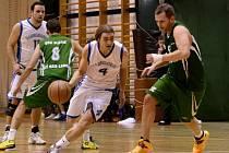 TO BYLO DRAMA. Basketbalisté Slovanu Varnsdorf (v bílém) napínali své diváky. Nakonec snaživé hráče z USK Slavie Ústí nad Labem zdolali až v prodloužení.