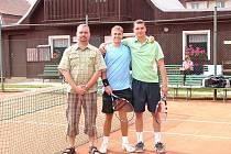 Zleva , předseda pořádajícícho oddílu Milan Hindrák a finalisté Petr Pospíšil a Lukáš Gernát.