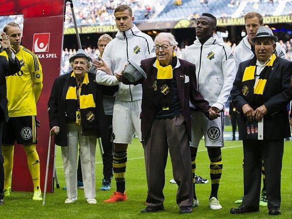 Fotbalisty AIK Stockholm na hřiště doprovodili nejstarší fanoušci klubu