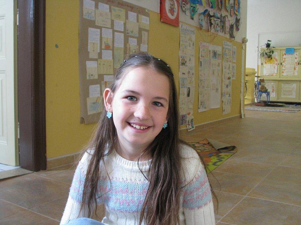Karolínka Broumská, 8 let: Skončila válka, tak to lidé slaví. Vím to od táty, doma mi o tom říkal.