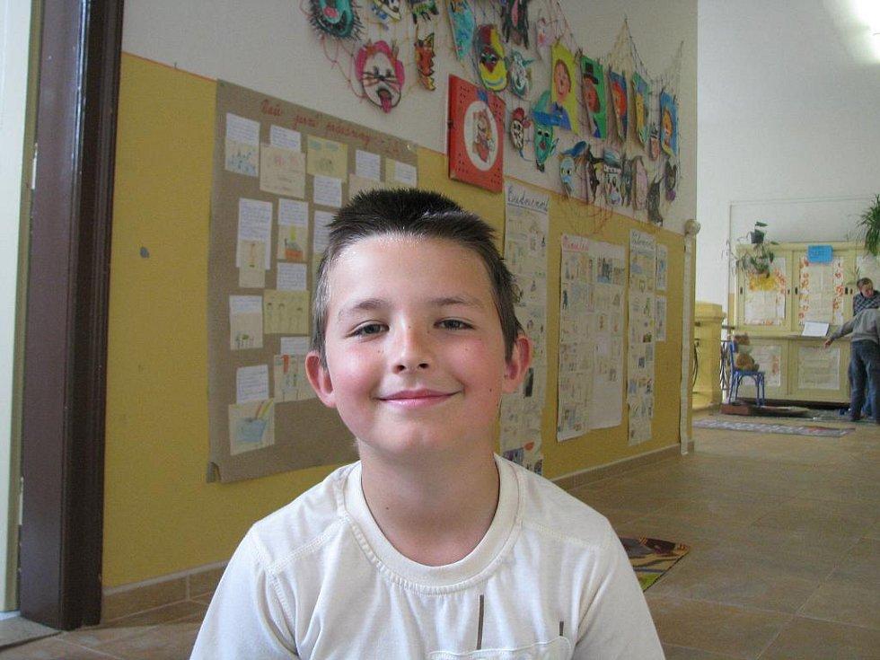 Marian Broumský, 8 let: Je to konec druhé světové války, tak se to oslavuje. Vím to z kalendáře.