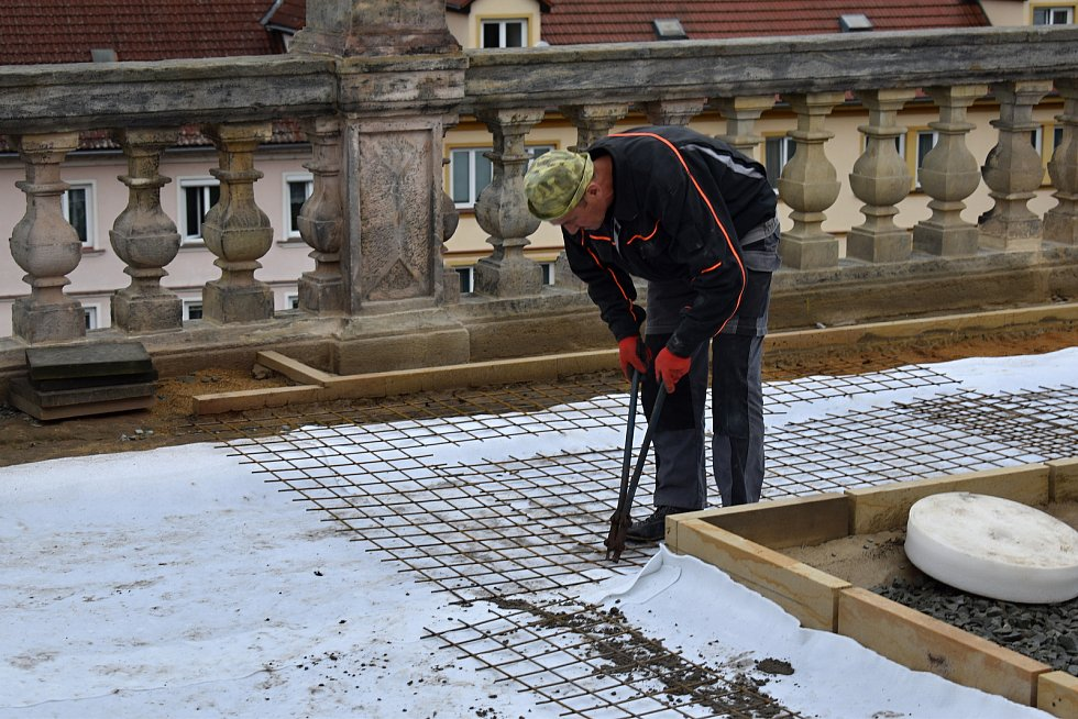 Opravy glorietu na děčínském zámku pokračují.