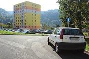Řidiči parkují, kde nemají, i když je parkovacích míst dost.