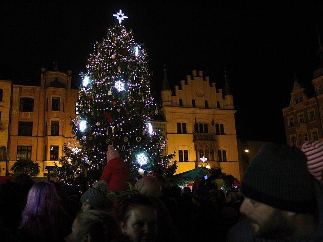 Vánoční strom na Masarykově náměstí již svítí.