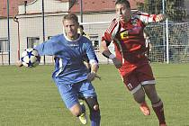 JAKO NA HOUPAČCE. Na snímku bojuje o míč šluknovský Zdeněk Kirchner (v modrém) proti Stehlíkovi z Neštěmic.