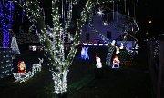 V Benešově nad Ploučnicí mají pro místní obyvatelé světelnou atrakci. Vánočně vyzdobený dům a zahradu.