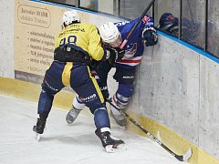 PORÁŽKA. Děčínští hokejisté (v modrém) prohráli v Trutnově 1:3.