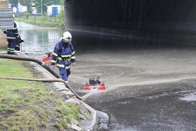 Voda zaplavila podjezd pod mostem u pošty