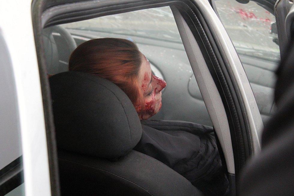 Dobrovolníci nacvičují zásah u dopravní nehody.