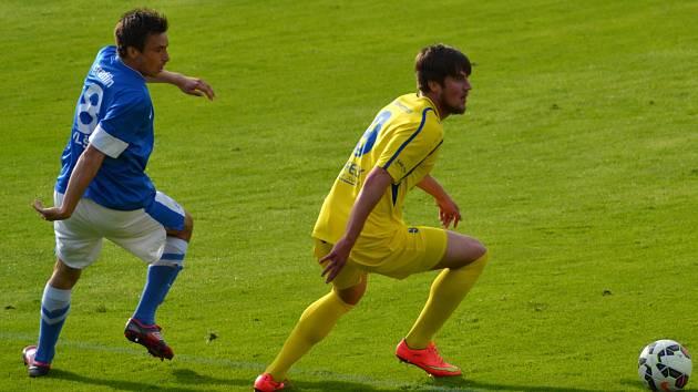 JAROSLAV STARÝ z Vlašimi (v modrém) a Jan Kvída z Varnsdorfu v utkání, ve kterém Severočeši vyhráli 3:1.