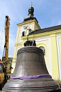 Instalace zvonu v Markvarticích.