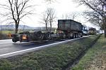 V Markvarticích se převrátilo nákladní auto.