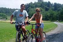 Jízdu na kole Mirek miloval. Na výletě se svou ženou Luckou.