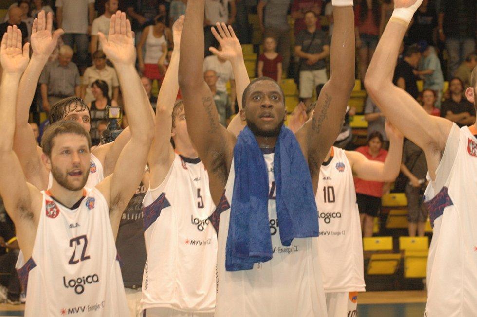SKVĚLE. Děčínští basketbalisté (v bílém) doma porazili Prostějov 76:66.