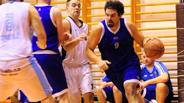 PARÁDA. Basketbalisté Varnsdorfu (v modrém) doma porazili Teplice B.