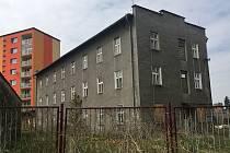 UBYTOVNA. V Lounské ulici by brzy měl být místo ubytovny park a hřiště.