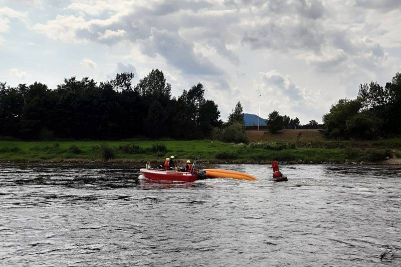 Hasiči zachraňují děti z převrženého raftu na Labi v Děčíně