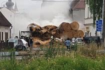 K požáru traktoru s naloženým valníkem slámou došlo v neděli na křižovatce ve Verneřicích.