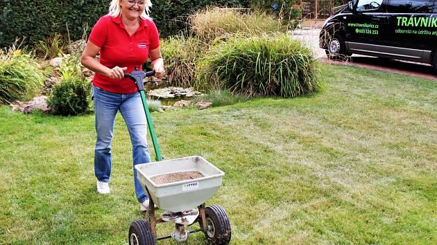 Hnojením trávníku na podzim pomůžete trávníku i do příští sezóny.