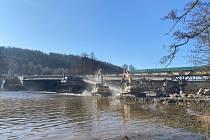 Demolice stávajícího mostu proběhla v březnu.