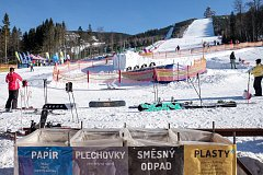 Nádoby na třídění odpadu bývají umístěny ve spodní části sjezdovky. Lyžaři i snowboardisti k nim tak mohou pohodlně dojet.