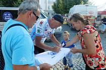 Josef Zimovčák podepisuje své volební tričko návštěvníkům mítinku v Kyjově.