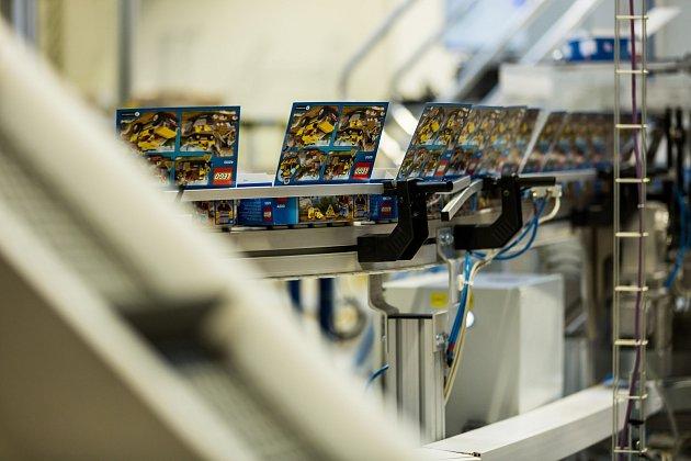 Vkladenské pobočce LEGO se kostky balí do krabic a putují do celého světa.