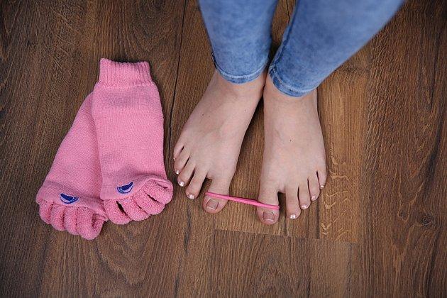 Protažení přitahovače palce pomocí gumičky