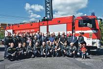 Společná fotografie hasičů při oslavách 75. výročí
