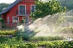 Program Dešťovka přispívá domácnostem na efektivnější využívání dešťové a odpadní vody k zalévání zahrady či splachování toalet.