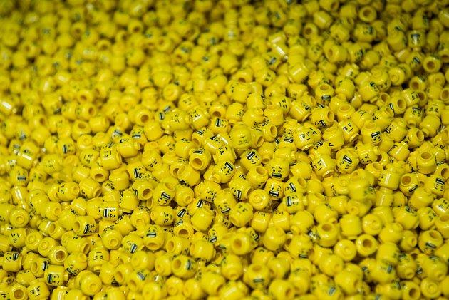 Vkladenské LEGO továrně vznikají tisíce a tisíce hlaviček pro minifigurky.