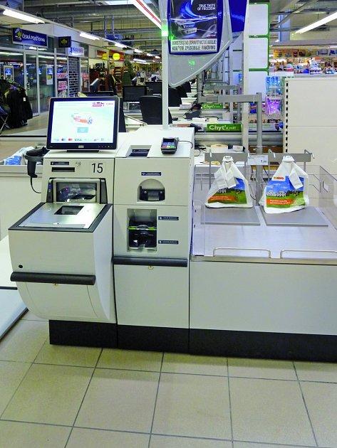 pokladna umožňuje platbu vhotovosti iplatební kartou
