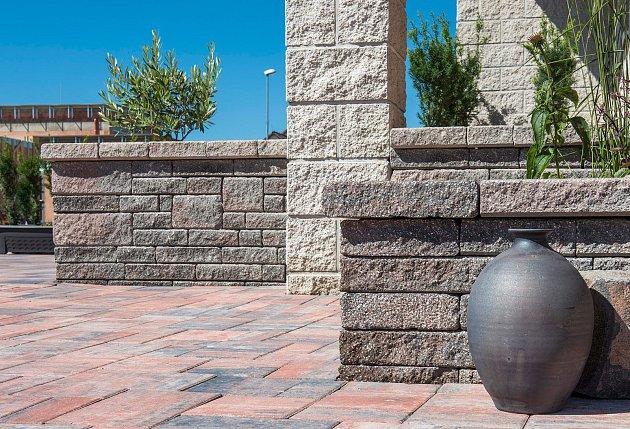 Kombinace betonového systému CSB – NATURBLOK v barvě BASANITA a systému CSB – CSBLOK v barvě BÍLÉ