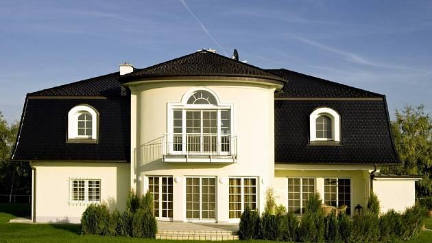 Tmavé odstíny střech jsou stále žádanější. Na obrázku střešní krytina Bobrovka v provedení glazura Amadeus černá