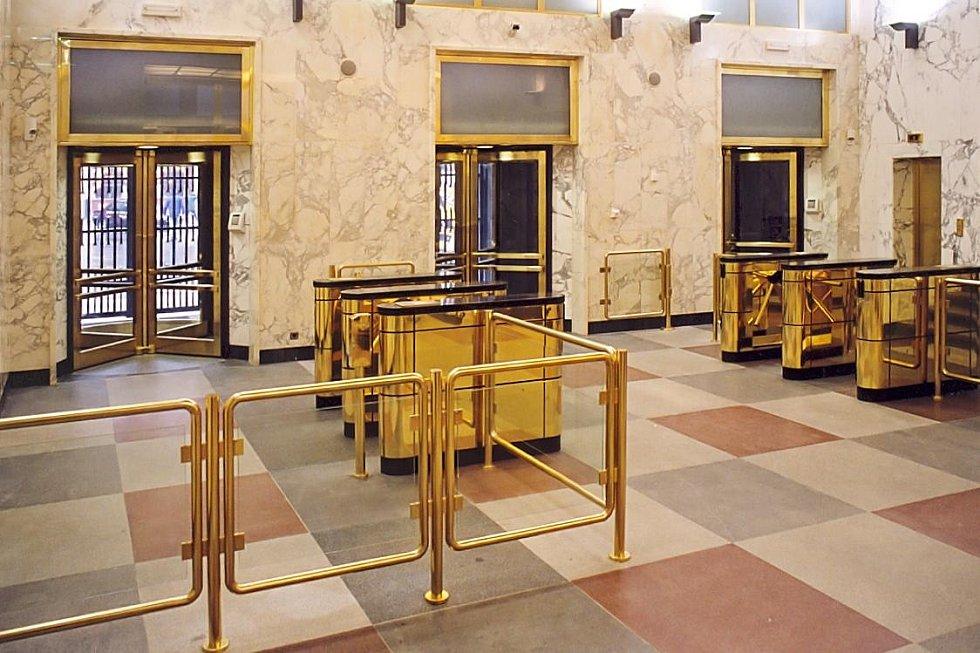 Speciální karuselové dveře pro ČNB – jedna z historických realizací.