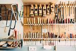Tradiční nástroje a postupy se tu snoubí s moderními technologiemi