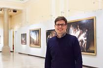 Expert na výtvarné umění Michal Šimek mezi obrazy starých mistrů v sále Františka Josefa I. aukčního domu Dorotheum