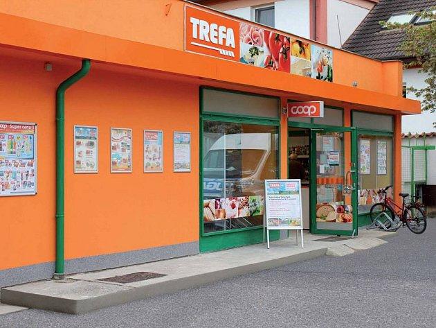 Nový exteriér supermarketu s modernizovaným logem Trefa.