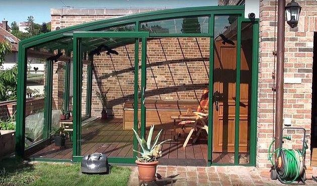 Paní Ivana si po náročném dni vychutnává odpočinek ve vířivce na své zastřešené terase.