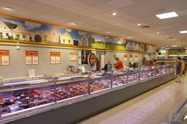 Obslužný pult supermarketu sdesignovými vitrínami.