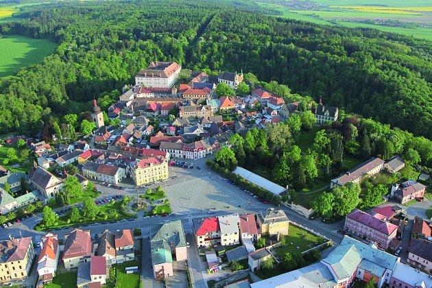Historické centrum Opočna s renesančním zámkem, zámeckým parkem a rozlehlou oborou.