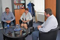 Nad cestou prvňáčků do Chorvatska debatují ředitelka ZŠ Gen. Janka Šárka Fehérová, produktový manažer CK CHERRY TOUR Jan Kutáč a starosta Patrik Hujdus